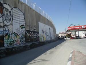 Bethlehem_le mur traverse la ville coupant la rue en deux entravant les déplacements des palestiniens