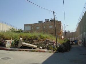 Bethlehem_une maison totalement enclavée cernée par le mur