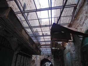 Hebron_la vieille ville_ des grilles protegent les habitants palestiniens de jets d ordures des colons habitant a letage